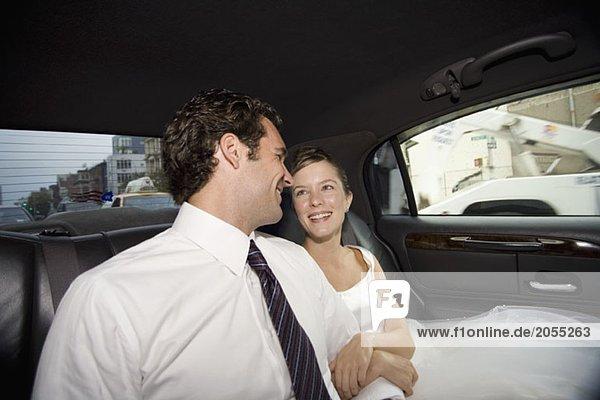 Eine Braut und ein Bräutigam im Auto