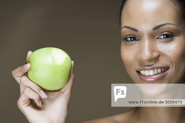 Eine Frau  die einen Apfel isst.