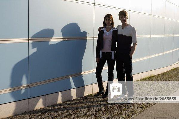 Ein Paar  das in der Sonne spazieren geht.