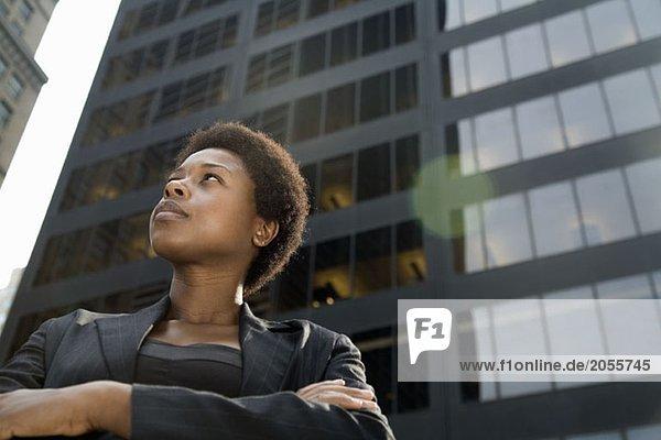 Geschäftsfrau vor einem Wolkenkratzer