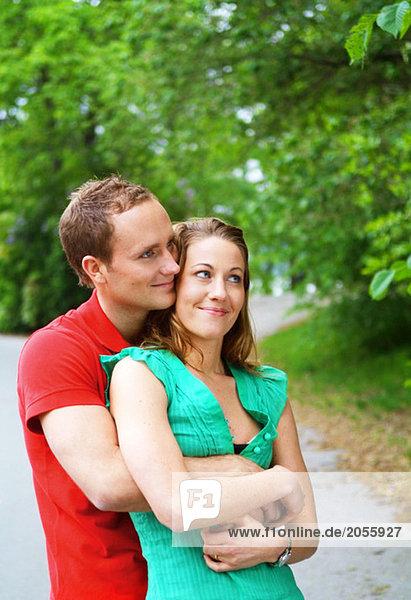 Paar in einer Parkumarmung