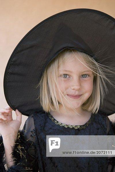 Ein kleines Mädchen als Hexe verkleidet