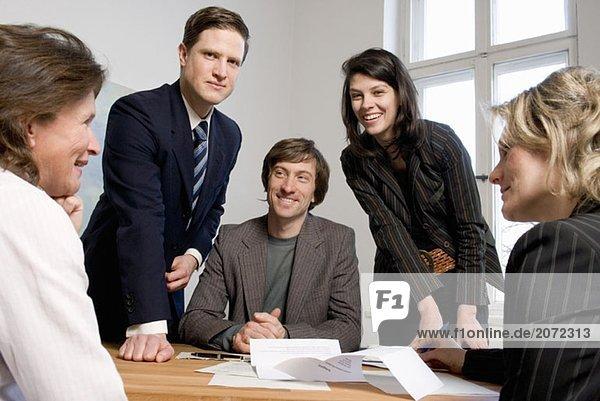 Fünf Kollegen in einer Geschäftssitzung