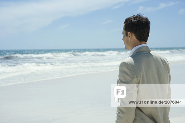 Kaufmann stehen am Strand  Blick auf den Ozean  Oberkörperaufnahme