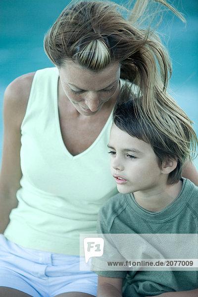 Junge und Mutter sitzt im Wind  Portrait