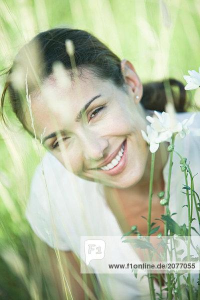 In die Kamera  Lächelnde Frau in Feld  Portrait