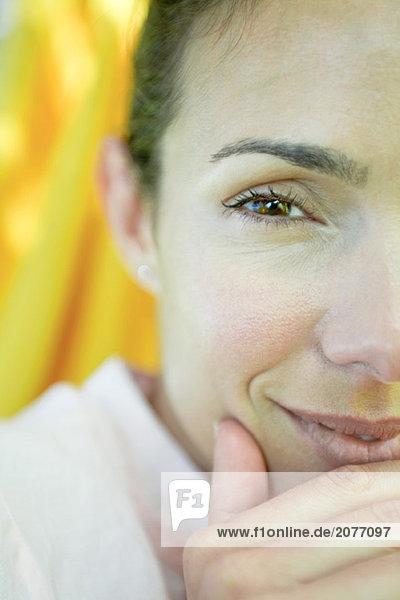 Frau Gesicht und Hand  Blick in die Kamera  Nahaufnahme  cropped
