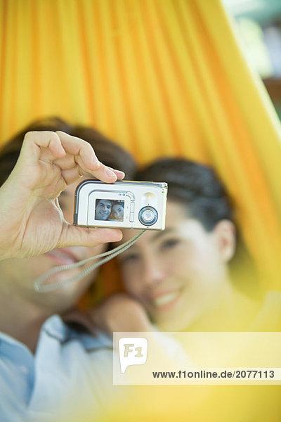 Junges paar liegen in der Hängematte  wobei Foto selbst mit Digitalkamera