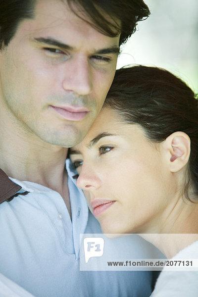 Junges paar  Frau putting Kopf auf Mannes Schulter  Nahaufnahme  portrait
