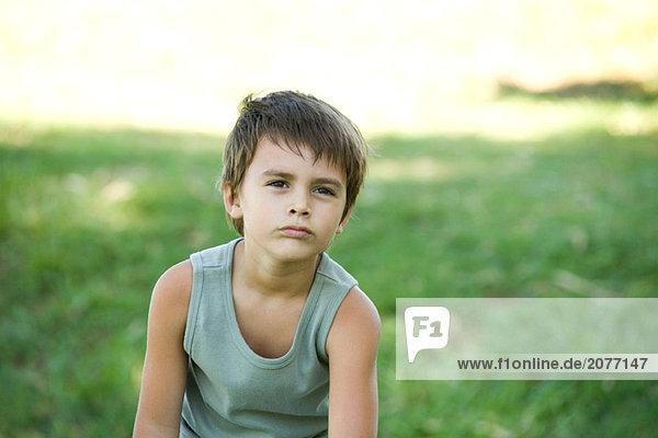 kleiner Junge im Freien  Wegsehen  portrait