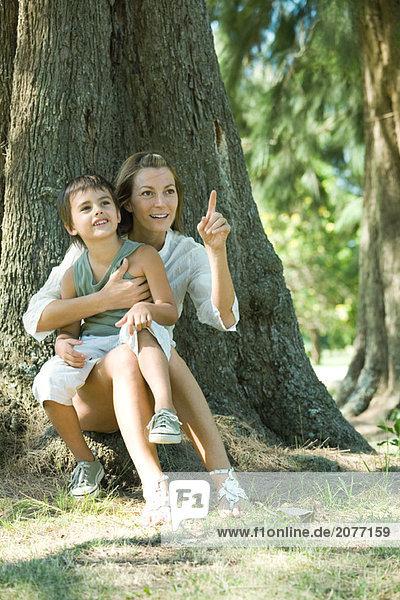 Mutter und Sohn  sitzen auf Basis der Struktur  auf der Suche von frame