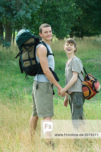 junges Paar für Wanderung gehen  über die Schulter schauen  lachen