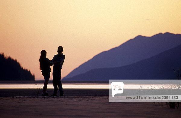 Paar @ Sonnenuntergang Turnagain Arm SC AK