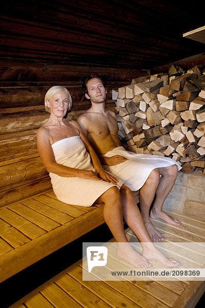Deutschland  Seniorin und Seniorin in der Sauna sitzend