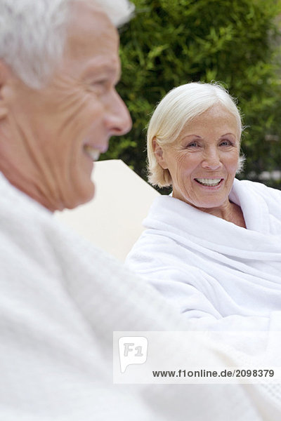 Deutschland  Seniorenpaar im Bademantel  Nahaufnahme