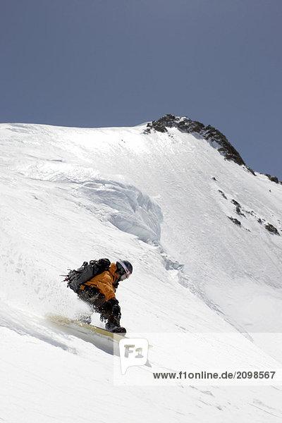 Austria  Tyrol  Pitztal man snowboarding on glacier
