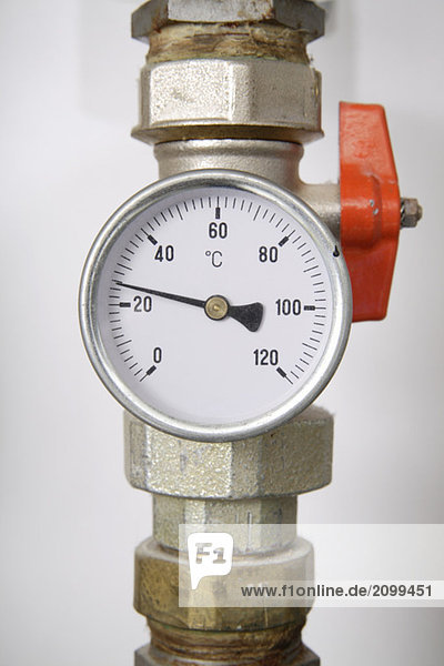 Thermometer an der Rohrleitung  Nahaufnahme