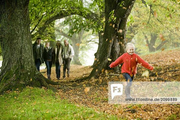 Deutschland  Baden-Württemberg  Schwäbische Alb  Familienwandern zusammen im Wald