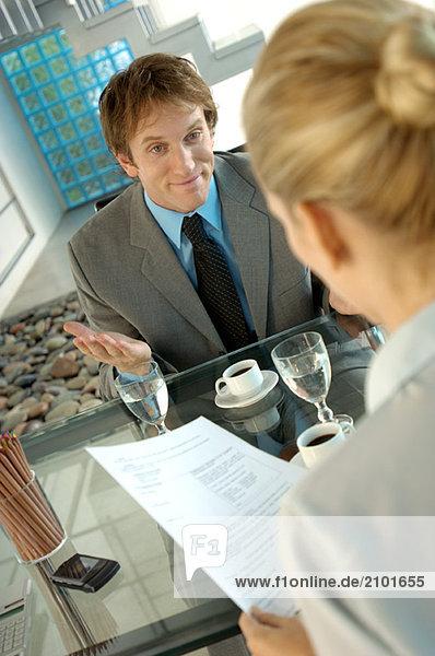 Geschäftsfrau und Geschäftsfrau im Büro im Gespräch
