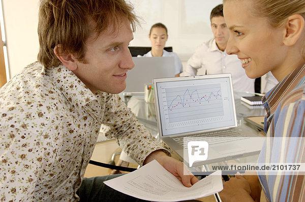 Geschäftsmann und Geschäftsfrau  lächelnd im Amt