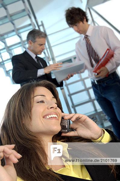 Junge Frauen mit Handy  lächelnd