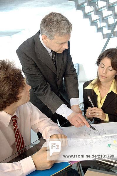 Unternehmer im Gespräch mit Amtskollegen