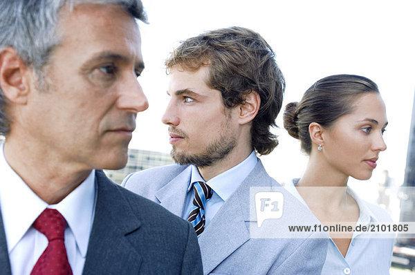Geschäftsleute in Reihe  wegschauen  Nahaufnahme
