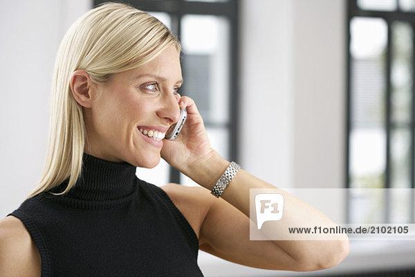 Junge Frau telefoniert mit einem Handy  fully_released