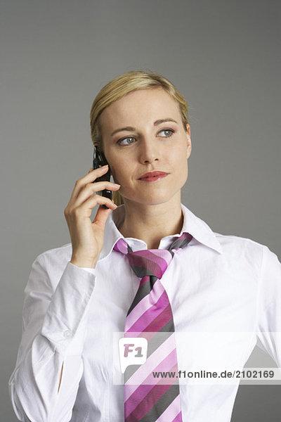 Geschäftsfrau telefoniert mit einem Handy  fully_released