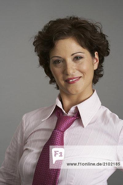 Selbstbewusste Geschäftsfrau blickt in die Kamera  fully_released