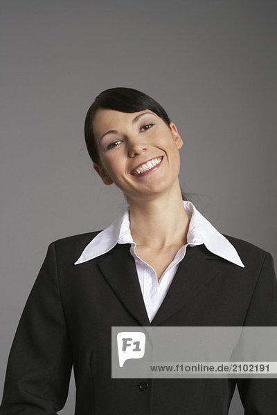 Geschäftsfrau lächelt in die Kamera  fully_released