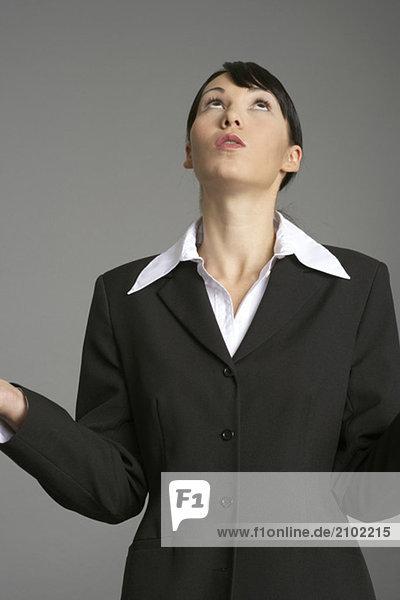 Ratlose Geschäftsfrau blickt nach oben  fully_released