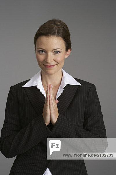 Geschäftsfrau mit betenden Händen  fully_released