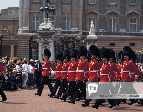 Reisen. Vereinigtes Königreich. England. London. Buckingham Palace. Gardisten marschieren.