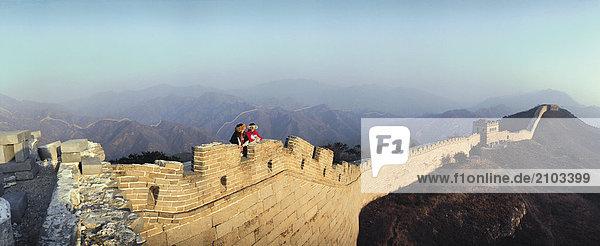 Reisen. China. Die große Mauer. Tourist Frauen.