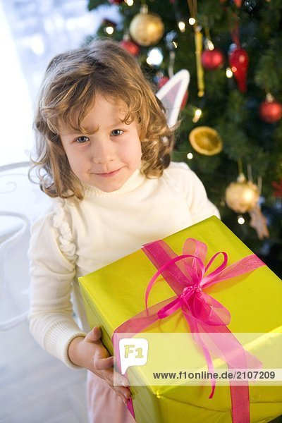 Mädchen mit Weihnachten box