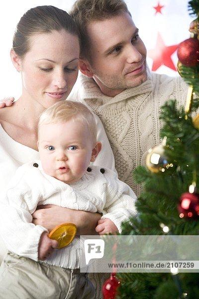Eltern mit Kind während der Weihnachtszeit