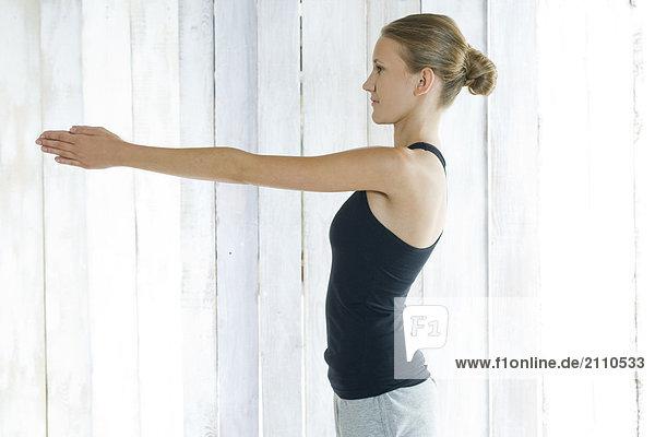 Young Frau macht yoga