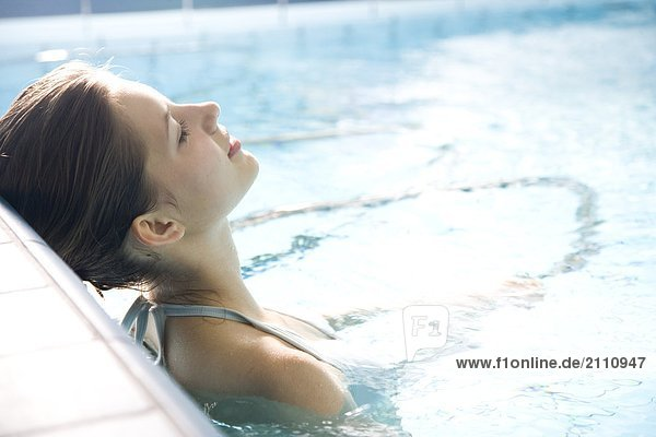 Frau Entspannung Schwimmbad