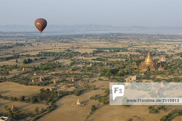 Heißluftballon über buddhistische Stupa  Bagan  Myanmar