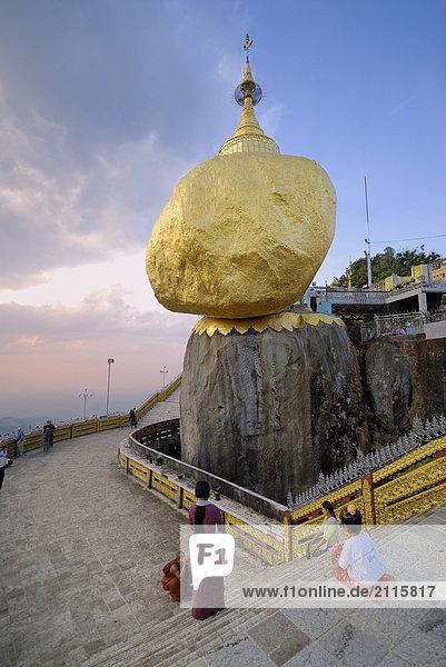 nahe sitzend Treppenhaus Myanmar Pilgerer Goldener Felsen Pagode