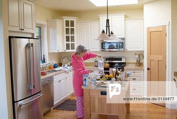 Frau  Anfang der fünfziger Jahre  so dass Frühstück
