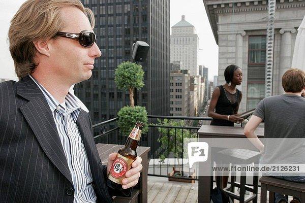 Canada  Montreal  Hotel Place D´Armes  Dach-Bar  modischen Mann  Bier  sozialen Stunde  Skyline der Stadt