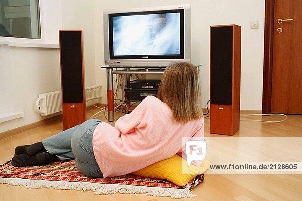 Junge Frau vor dem Fernseher