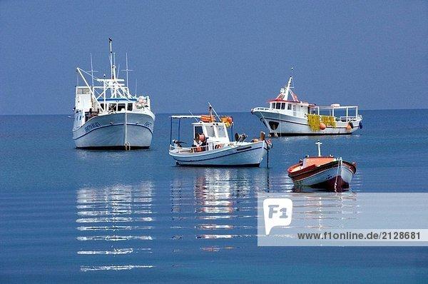 Colorful Boote in den ruhigen Gewässern des Hafens an der Fischerei Dorf von Koroni  Messinia  Pelopenesse  Griechenland.