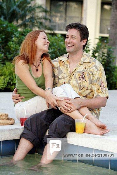 Paar genießt Pool zusammen