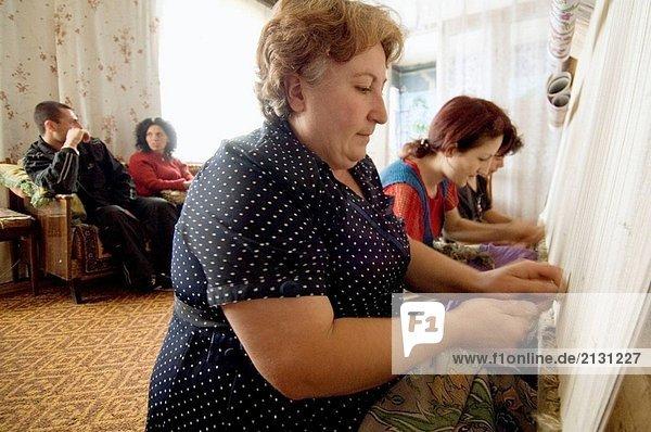 Frauen machen Teppiche für James Tufenkian in dem Dorf Karmir. Armenien