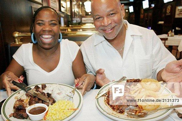 Ohio  Cincinnati  McFadden´s Restaurant und Saloon  schwarz Paar  Mann  Frau  Speisen  Essen