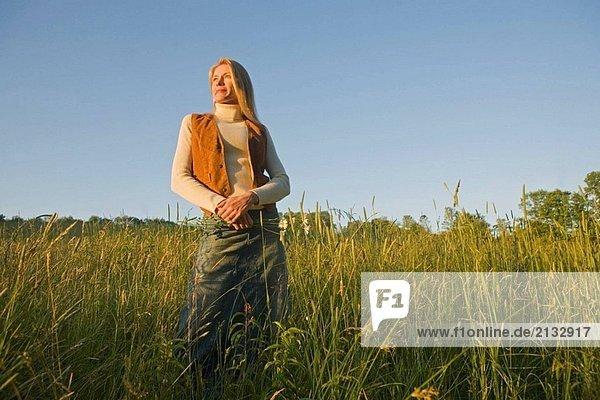 Frau stehend im Feld