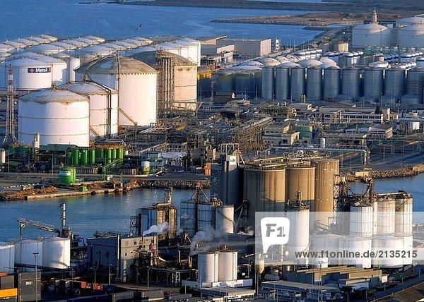 Kraftstoff-Speicher. Hafen von Barcelona. Catalonia. Spanien.